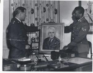 Merton Simpson (r) with one of his portraits during his air force service. Photo collection of Merton Simpson Gallery