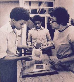 Elizabeth Catlett teaching print making. Photo: Elizabeth Catlett estate