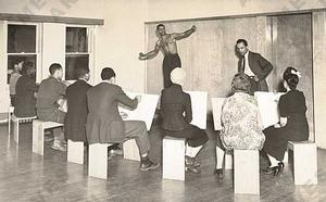 Charles White teaching life drawing at the South Side Community Center, c. 1941. Photo: Archives of American Art, Smithsonian Institution
